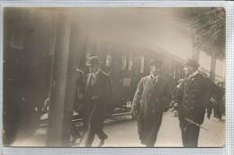 Pless ? - Carte Photo : Hommes Descendant D ´ Un Train - Gare - Militaire ? - Wagon - Casquette - Chapeau Melon - Pologne