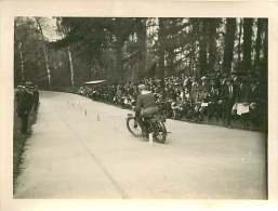 Photo MOTO - 100815 - Un Coureur Moto Effectue Un Exercice De Slalom Devant La Foule - Cars