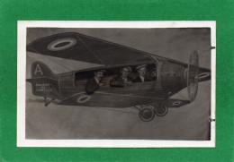 AVION  Trois Personnes Dans L'avion  Sur La Photo CPA  Année 1930   UN SOUVENIR DE CHANTILLY - Photographie