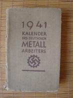1941 Kalender Des Deutschen Metall Arbeiters, Verlag DAF, Berlin, 328 Seiten + 71 Seiten Alte Werbung, Fahrrad, Auto Usw - Bücher