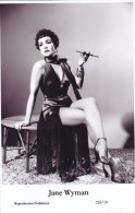 JANE WYMAN - Film Star Pin Up - Publisher Swiftsure Postcards 2000 - Postales