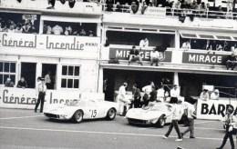 56Ba  Grande Photo N°1 Course Automobile Circuit Des 24h Du Mans Deux Voitures Mirage Au Stand Avant Le Depart - Le Mans