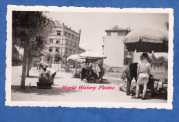 Photo Ancienne - SKOPJE ( Macédoine ) - Les Cireurs De Chaussures Sous Leur Parasol - 1950 / 1960- Macedonia Yougoslavia - Berufe