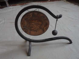 Ancien Petit Gong En Cuivre, Support Fer Forgé - Cloches