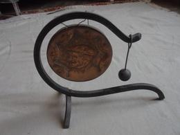 Ancien - Petit Gong En Cuivre Et Support Fer Forgé - Cloches