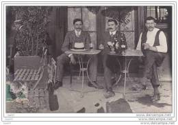 Carte-Photo-Recto-Verso Réf-JPX585 ( Dép-03 COSNE-D&acute ALLIER ? ) Groupe D&acute Hommes à La Terrasse Du CAFE - Francia