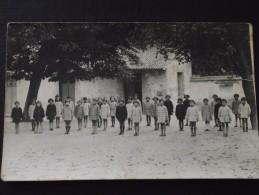 La ROCHE-sur-YON (Vendée) - Collège De Jeunes Filles - Vers 1930 - Elèves Alignées Dans La Cour - Ecole - A Voir ! - La Roche Sur Yon