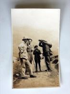 Carte Postale Ancienne : 2 Chasseurs En Montagne Avec Aides Et Animal Porté Sur Les épaules( Izard?, Chamois, Ongulé ?) - Chasse