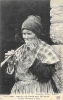 Coutumes, Moeurs Et Costumes Bretons - Femme Allumant Sa Pipe - Carte ND Phot Non Circulée - Europe