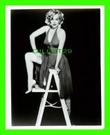 PHOTO EXCLUSIVE DE MARILYN MONROE - DIMENSION 20 X 26cm - SEXUELLE - SUR UNE ESCABEAU - - Célébrités