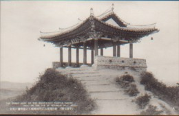 KOREA NORD POSTCARD THE GRAND SIGHT OF THE BEAUTIFULLY PAINTED SAISHO HALL ON THE TOP OF BOTANDAI HILL.HEIJO - Korea (Nord)