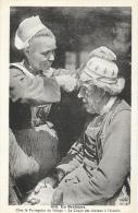 En Bretagne - Chez Le Perruquier Du Village - La Coupe Des Cheveux à L'écuelle - Collection Villard - Carte Non Circulée - Europe