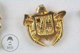 Fireman/ Firefighter Golden Colour  Pin Badge #PLS - Bomberos