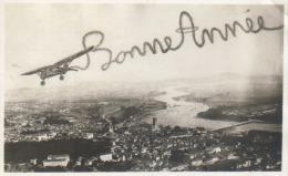 Bonne Année (lettres Tracées Par Avion Au Dessus D'une Ville à Identifier Bellevile Sur Saône En Rhône Alpes ?) - Neujahr