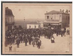 Photo Rassemblement à MONFLANQUIN (lot Et Garonne) Devant L'hotel Capdeville Delbos. (F.2292B) - Places