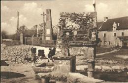 CRUGUEL -la Fontaine Et Le Monument Aux Morts                        -- Nozais 3 - France