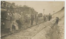 Belle Carte Photo Train Accident Eboulement Sur  Voie De Chemin De Fer - Trains