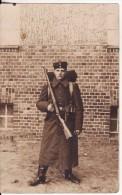 Carte Postale Photo Militaire Allemand Soldat En Tenue-Fusil-Ceinturon-Sac à Dos - Uniformes