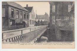 Roesbrugge, Rousbrugge, Pont sur l�Yser au fond on voit G�n�ral Joffre qui decore un soldat Fran�ais (pk22399)