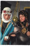 Arabian Coffee. Deux Jeunes Filles Servent Le Café. - Arabie Saoudite