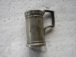 PL. 57. Ancien Pot (mesure) En étain D'un Décilitre.  19 Poinçons - Etains