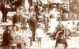 PEOPLE - FASHION - REAL PHOTOGRAPHIC POSTCARD - WHERE?  Dated 1928 - Photos