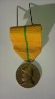 Belgique DYNASTIE - Médaille Avec Ruban Et étui Roi Albert Casqué 1909 - 1934 - 25 Ans De Règne - Royal / Of Nobility