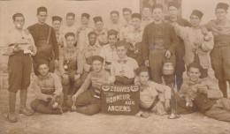 MILITAIRES    CARTE   PHOTO   8è ZOUAVE - HONNEUR AUX ANCIENS - Casernas