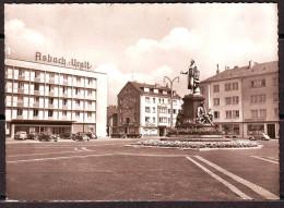 BREMERHAVEN  Theaterplatz   Allemagne  CPSM   Non Ecrite  Num M 546  VOITURES - Bremerhaven