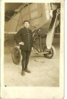 AVIATION PHOTO CARTE D UN  AVION MILITAIRE  ET SON MECANICIEN OU AUTRE A IDENTIFIER - Aviation