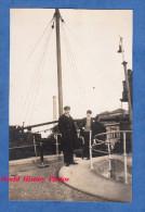Photo Ancienne - TROUVILLE ? ( Calvados ) - Capitaine Devant Son Bateau Quittant Le Port - Boat Ship Paquebot Marin - Boats