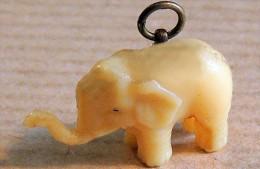 Ancien Petit Porte-bonheur (début XX°) Elépnant  Miniature En Résine Couleur Ivoire, Avec Anneau Suspension En  Laiton - Religion & Esotérisme