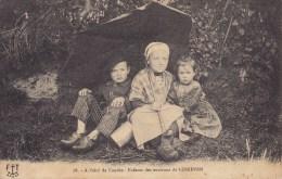 A L'abri De L'ondée Enfants Des Environs De LESNEVEN ( Finistère ) ( Sabot Parapluie ) Circulée Timbrée 1922 - Lesneven