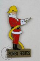 Sapeurs Pompiers France - Fireman Firefighter, Spanish Christmas Santa Claus Suit, Yello Helmet - Pin Badge #PLS - Bomberos