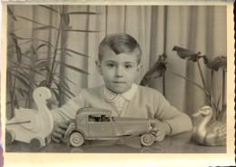 Foto Photo Jongen Met Speelgoed Auto - Jeune Garçon Avec Des Jouets