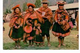 Cuzco - Peru - grupo familiar indigena en Ollantaytambo