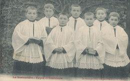 XX 28  C P A   LA NORMANDIE TYPES DE COSTUMES   UN GROUPE SYMPATHIQUE  D'ENFANTS DE CHOEUR - Religions & Croyances