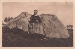Cp , FOLKLORE , LOCRONAN , La Chaise De Pierre , Pierre Sacrée Des Druides Donnant Les Joies De La Maternité Aux Femmes - Folklore