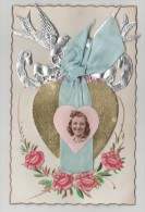 CPA Fantaisie  AJOUTIS Portrait De Femme Dans Coeur Doré, Colombes Argentées, Ruban En Tissu , Roses Relief - Femmes