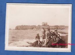 Photo ancienne - PIRIAC sur MER ( Loire Atlantique ) - Famille sur un rocher - Petite maison � identifier - Vague