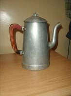 CAFETIERE ANCIENNE EN ALUMINIUM POIGNEE EN BOIS - Teekannen