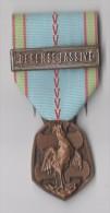 MEDAILLE GUERRE 1939-1945 REPUBLIQUE FRANCAISE Poinçon BR Et Barrettte DEFENSE PASSIVE - France