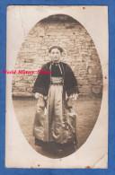 CPA Photo - Portrait D´une Jeune Fille En Costume Traditionnel - Folklore Breton ? Bretagne ? Voir Coiffe Robe Mode - Folklore