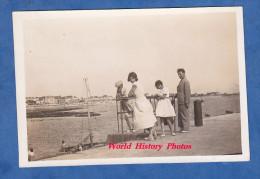 Photo Ancienne Snapshot - LORIENT - Une Famille Au Port - 1932 - Bateau De Pêche - Girl Enfant Mode Robe Dress - Boats