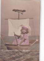 24398 Enfant Bateau Parodie Bassin Balai Fillette - Sans Editeur - Bateaux