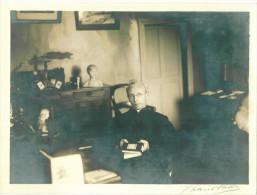 Photo Originale Format  24 X 17 Cm D'un Curé Dans Son Presbytère Vers 1920 - Filosofia & Pensatori