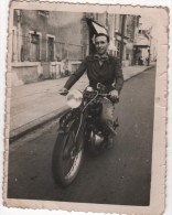 Photo Originale Homme Sur Sa Moto à MONTLUCON 1949 - Cars