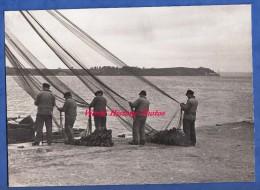 Photo ancienne - Port � identifier - Groupe de p�cheur racommodant leur filet - Bretagne ?