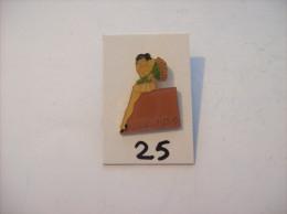 PIN´S -  Pin - Ups - N° 9 - Mue Et Avec Bouquet De Fleurs   (25) Voir Photo - Pin-ups
