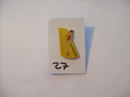 PIN´S -  Pin - Ups - N° 11 - Maillot Rouge Et Chapeau  Haut De Forme   (27) Voir Photo - Pin-ups